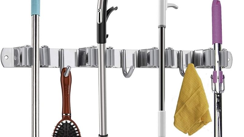 colgador para mantener los productos de limpieza ordenados