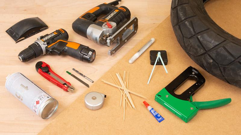materiales y herramientas reloj de pared con un neumático